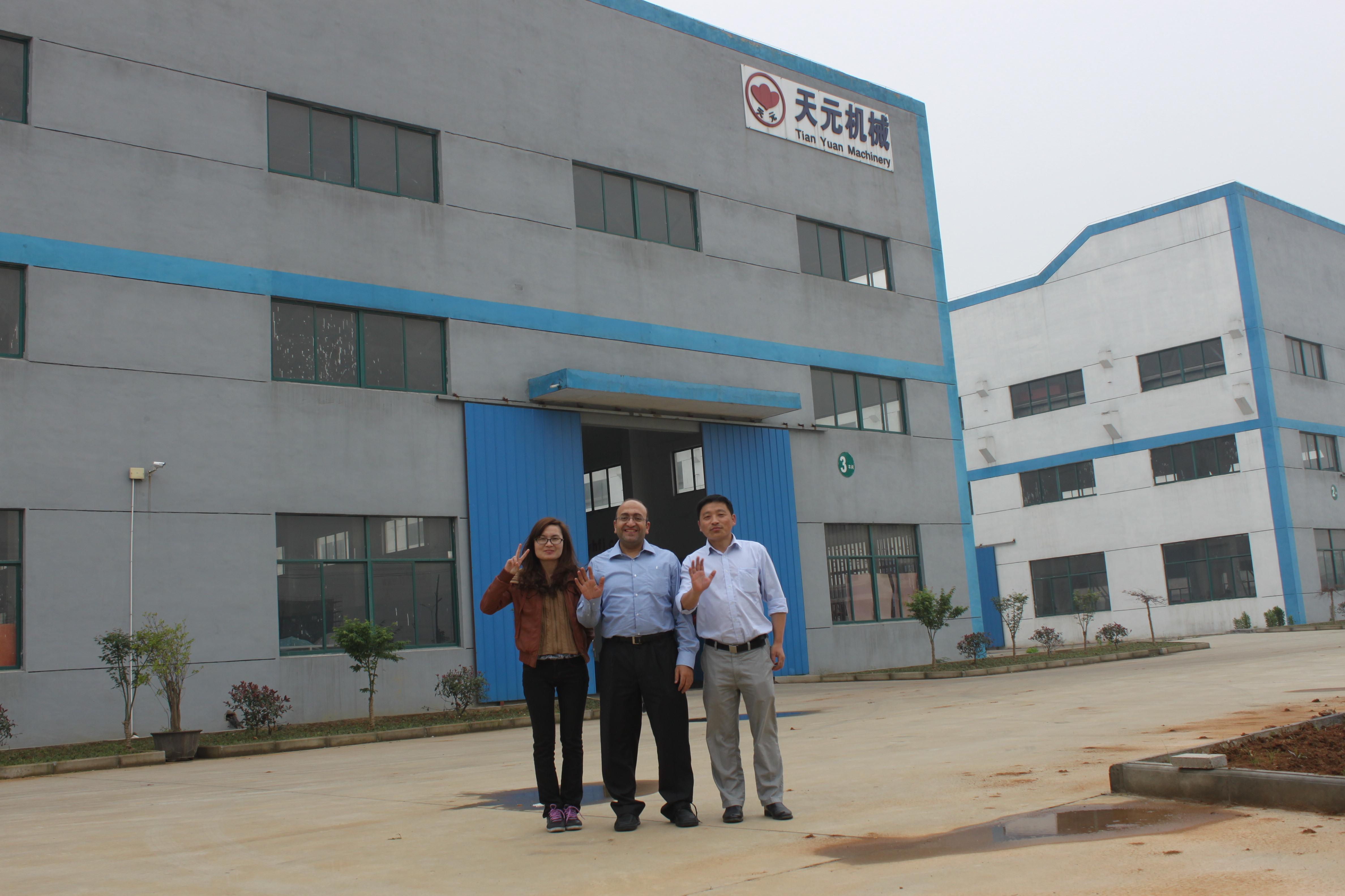 Os clientes do Egipto vieram à fábrica para ordenar as máquinas de quilting