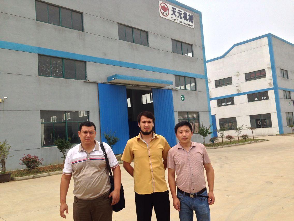 Os clientes do Uzbequistão testaram a linha de produção de algodão acupunctural de modelo ZCM-1